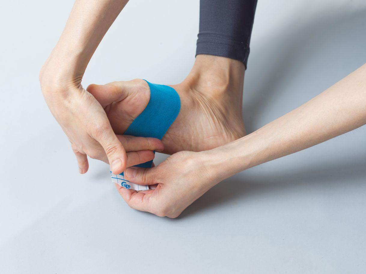 Taping bei Schmerzen unterhalb des Vorfußballens - Fuß ...
